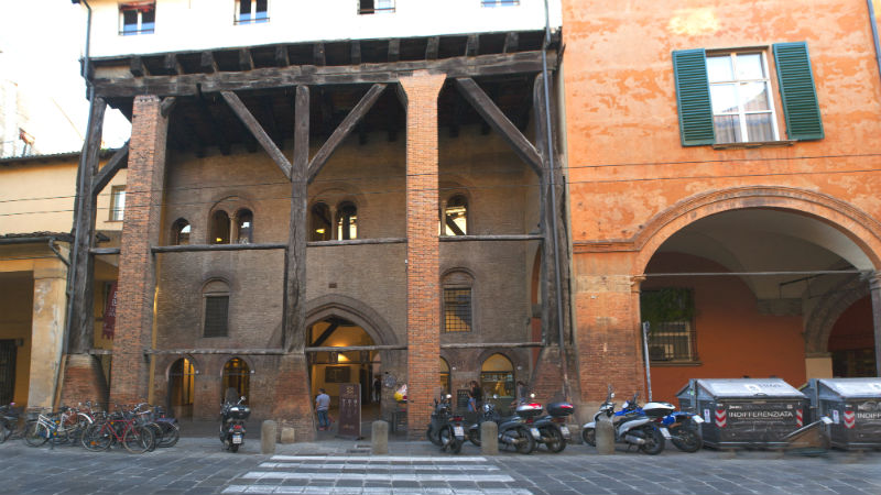 Strada Maggiore Casa Isolani visitare Bologna