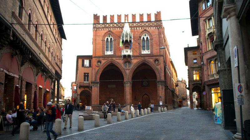 Piazza della Mercanzia visitare Bologna