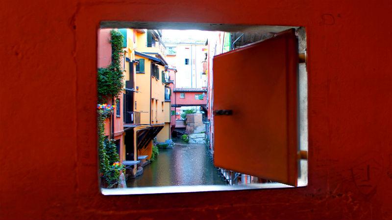 Finestra via Piella affaccio su canale visitare Bologna in due giorni