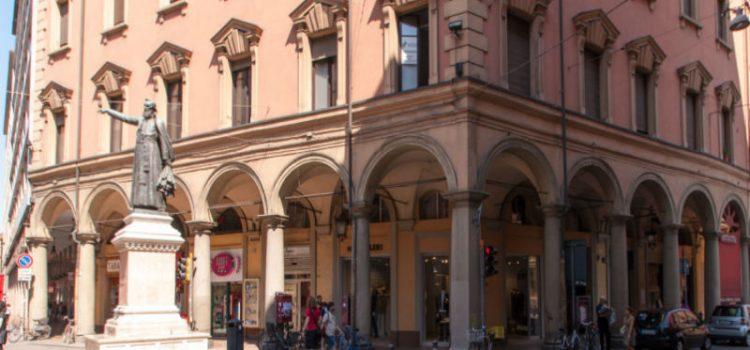 Che cosa indica la statua di Ugo Bassi a Bologna?